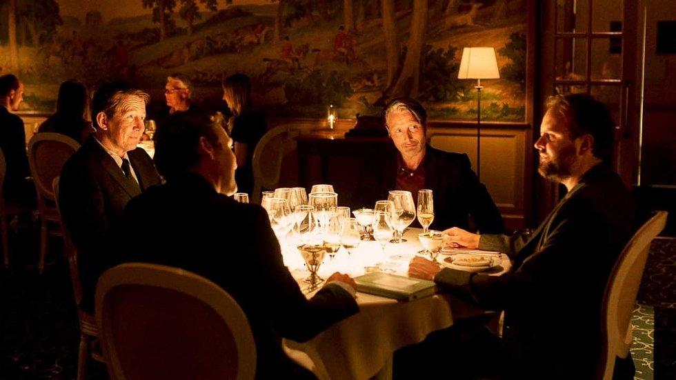 Autokino Strahov jede po celý víkend. V pátek uvádí dánské hořce úsměvné drama Chlast.