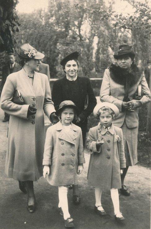 Hana Fousová v dolní řadě vlevo. Matka uprostřed v černém.