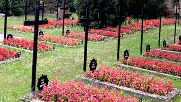 Hroby ozdobily nové květiny a kříže.