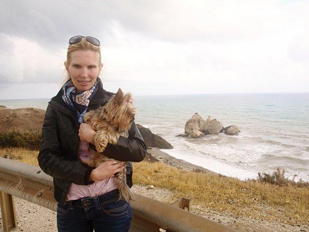 Jana Karaoli Kotenová žije trvale na Kypru už deset let. Nejraději má místo, kde se podle řecké mytologie narodila Afrodita z pěny.