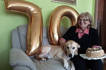 Marie Biedermannová se svým čtyřnohým přítelem během oslav sedmdesátin.
