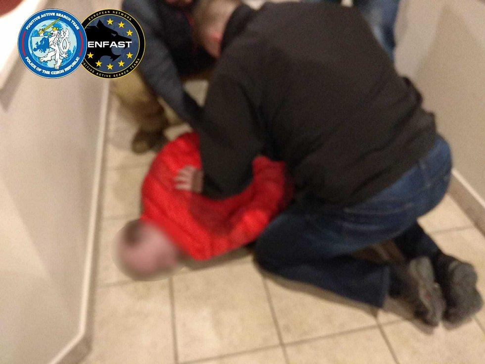 Policie zadržela mezinárodně hledaného zločince. Byl ozbrojený a používal maskování ke změně vzhledu.