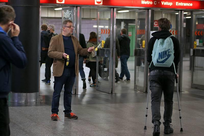 Alles Gute u voleb - Happening Davida Vávry a Milana Šteindlera - vestibul metra Muzeum.