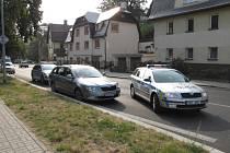 Kradeným autem přerazil závoru v Boleslavi, chytili ho až ve Varech.