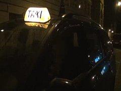 Muž v autě nedokázal předložit průkaz řidiče taxislužby, načež se ukázalo, že jeho auto ani není vybaveno taxametrem.