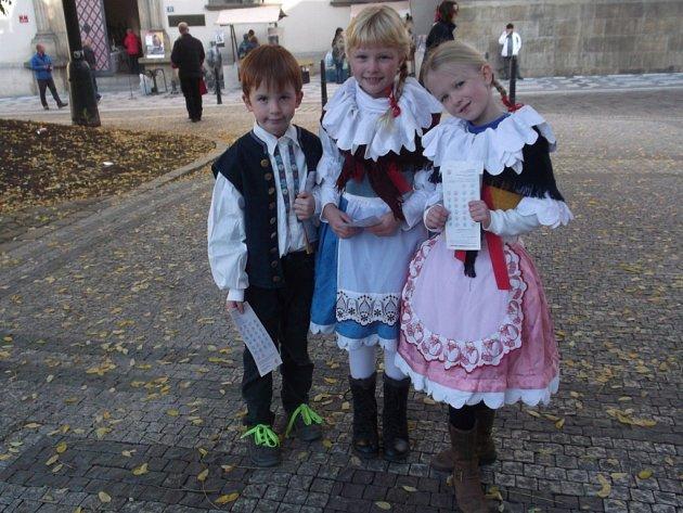 Děti v krojích lákaly kolemjdoucí, aby se zastavili v Novoměstské radnici na trhu originálních domácích výrobků z celého Česka.
