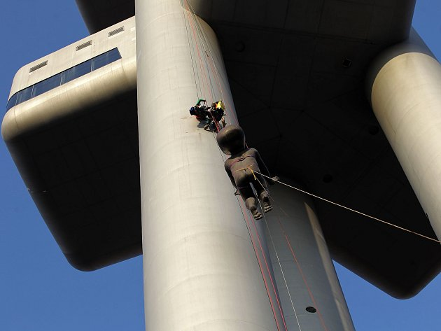 Dočasné sundávání plastik Miminka-Babies od Davida Černého před renovací z Žižkovské věže. Jedna plastika váží 120 kg a měří 3,4 m na délku,2,4 m na výšku a 1,2 na šířku. Na věž by se měly opět vrátit na jaře 2018.