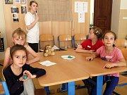 Příměstský tábor Vědecké léto v Malostranském gymnáziu. Provozovatel VĚDA NÁS BAVÍ