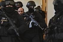 Bývalý pražský imám Samer Shehadeh přichází v doprovodu ozbrojené eskorty k jednání pražského městského soudu, který se 7. ledna 2020 zabýval jeho případem.