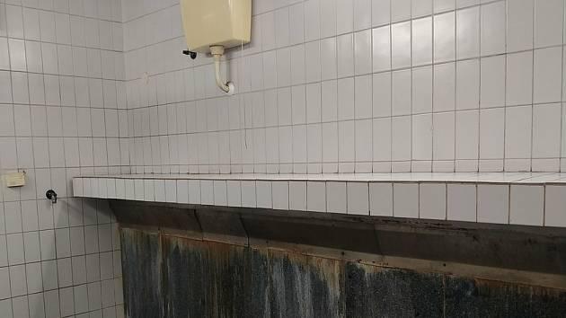 """Nejhorší toalety - Stodůlky - muži močí """"na volno"""", všude páchne močí."""