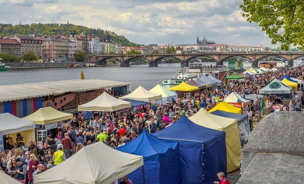 Náplavka na Rašínově nábřeží bude v sobotu patřit vegetariánským a veganským dobrůtkám.