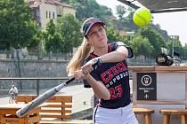 Veronika Klimplová před odletem na evropský šampionát pro štěstí odpálila míček do Vltavy. A tradiční rituál zafungoval, Češky vybojovaly bronzové medaile.