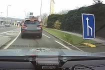 Pražští policisté zastavili vozidlo, jehož řidička za jízdy popíjela alkoholický nápoj.