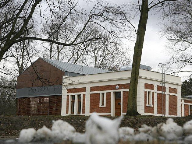 PO LÉTECH ČEKÁNÍ. Budova, která získala Fasáda roku 2007, dostane konečně i nový obsah. Od jara bude sloužit Pražanům k občerstvení i k tomu, co poté následuje.
