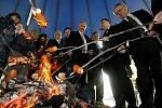 Předčarodějnicové opékání buřtu na pražském Výstavišti proběhlo 26. dubna. Na snímku uprostřed místopředseda Senátu Přemysl Sobotka a prezident Agrární komory Jan Veleba.