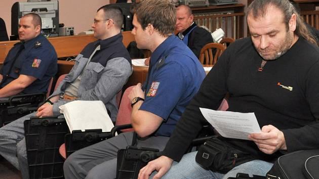 Na snímku obžalovaní ze 154milionové loupeže století spáchané v Praze 6 dne 16. 9. 2002 Tomáš Půta (s brýlemi, ve výkonu trestu) a Maroš Šulej (s dlouhými vlasy).