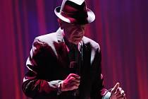 Kanadský básník a písničkář Leonard Cohen se dočkal při nedělním koncertu v zaplněné pražské O2 areně bouřlivého přijetí.