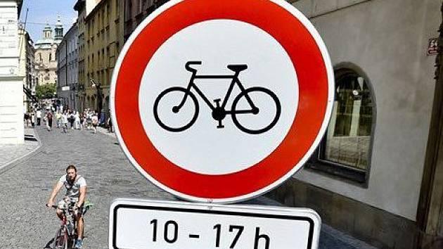 Praha 1 zamezuje cyklistům vjezd do centra tlustými bílými čarami.