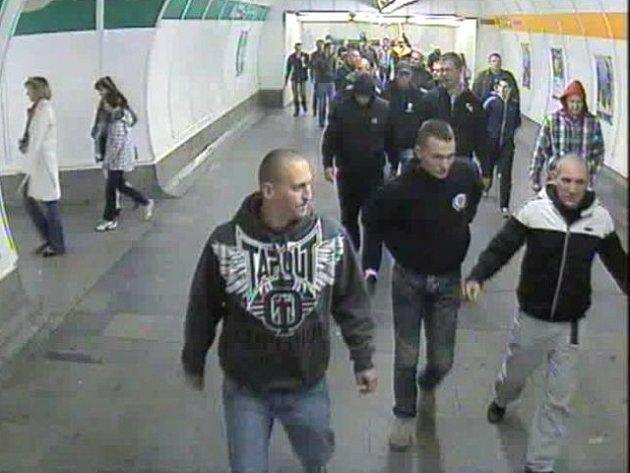 Fotbaloví fandové běsnili v metru. Kdo je pozná?