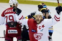 Útočník Slavie David Hruška (vpravo) se raduje z gólu.