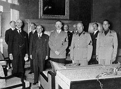 Signatáři Mnichovské dohody z roku 1938. Zleva Chamberlain (Velká Británie), Daladier (Francie), Hitler (Německo), Mussolini a Ciano (Itálie)