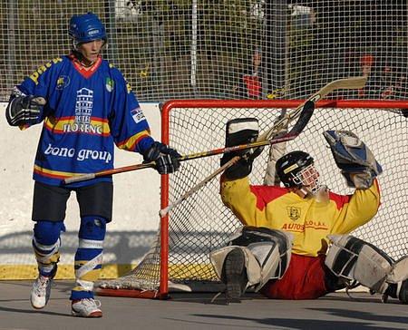 PRVNÍ ZÁPAS, PRVNÍ VÝHRA. Martin Plzák se raduje z gólu, vpravo překonaný brankář Šmíd.