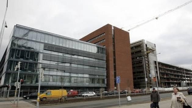 Nově postavená budova čeká už jen na své nájemce.