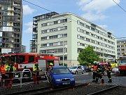 Nehoda vozu a tramvaje.
