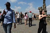 Čilý ruch na Karlově mostě.