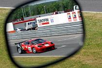 V českém okruhovém šampionátu je k vidění i luxusní Ferrari.