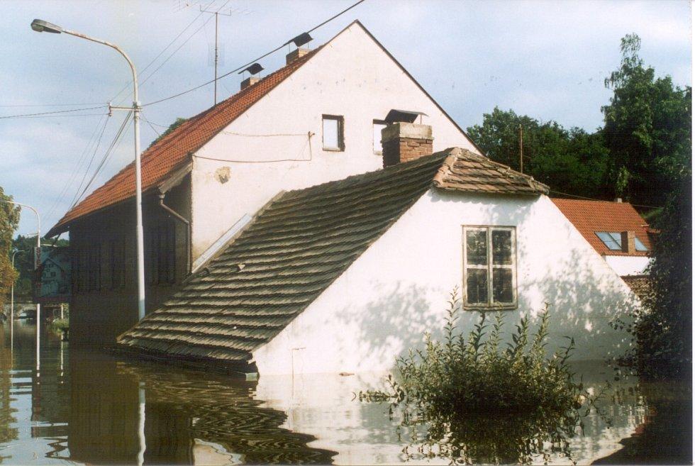 Povodně z roku 2002 v Praze. Voda v Podbabě už ustupuje.