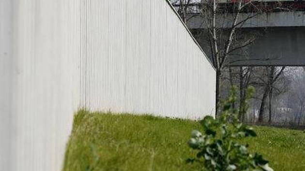 Protipovodňová zeď v Troji.