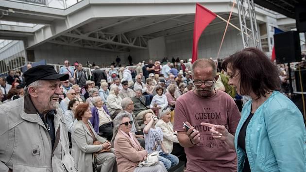 Příznivci KSČM se tradičně sešli na 1. května na pražském Výstavišti. Jako každoročně přišlo i několik odpůrců.