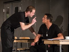 Herci Jan Teplý a Ondřej Veselý v divadelní inscenaci Othello.
