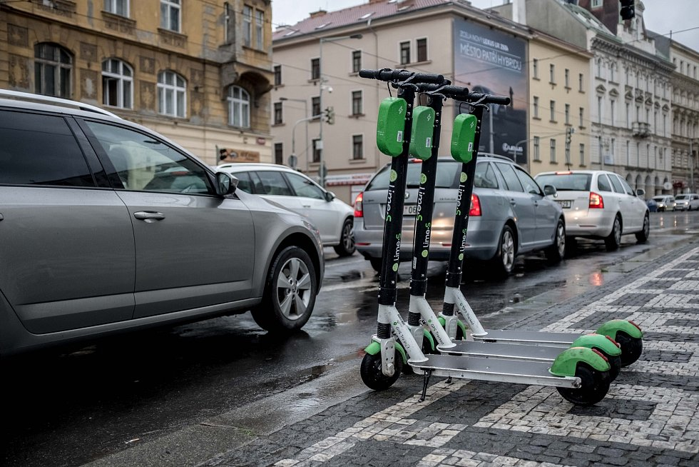 Koloběžky Lime v ulicích v Praze.