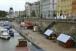 Náplavka na Rašínově nábřeží v Praze je zatím hojně navštěvovaným místem, které je ale rovněž zatěžováno podnikatelskou činností. Nový projekt obnovy to ale prý má změnit.