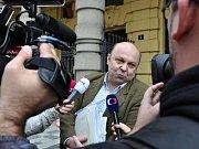 Volný odcházel od Městského soudu v Praze Antonín Saleta, poslední z obžalovaných v kauze 154milionové loupeže století z roku 2002. Soud ho zprostil obžaloby - prozatím nepravomocně - pro nedostatek důkazů.