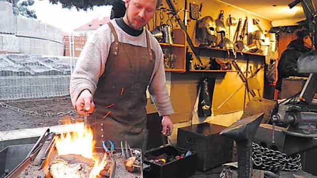 """""""Trhy jsou zpestření, radost,"""" říká umělecký kovář Filip Bardon, kterého přes rok živí zakázková výroba."""