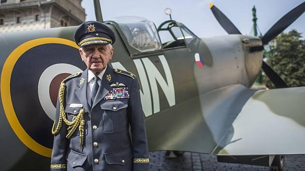 Spitfire ozdobil v pátek pražské Hradčanské náměstí na připomínku 70. výročí návratu československých letců do vlasti. Emil Boček.
