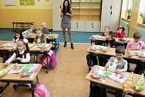 Letošní prvňáčky bude v novém školním roce učit též Ivana Molnárová ze Základní školy v Botičské ulici v Praze 2. Tamní učitelé podle ředitelky Lenky Bourové budou po zásluze odměněni jako vždy v listopadu.