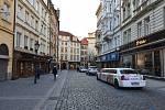Prázdné ulice Prahy a lidé s rouškami 18. března 2020. Melantrichova ulice.