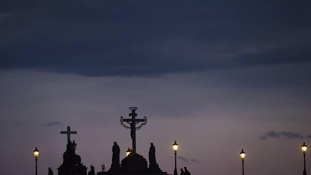 Karlův most po západu slunce na snímku pořízeném 2. května 2020 večer v Praze. Počasí. Tropická noc.