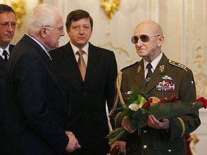 Válečný veterán Tomáš Sedláček převzal z rukou prezidenta Zlatou plaketu prezidenta republiky.