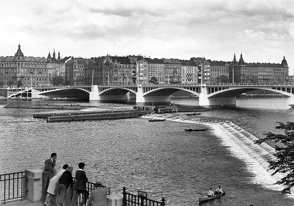 Pohled přes řeku v roce 1934. Na místě stojí ještě činžovní dům, který vzal za své při bombardování v roce 1945. Dnes na rohu stojí Tančící dům.