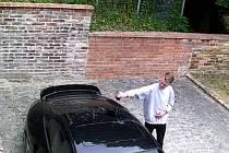 Vandal v Praze poplival a poškrábal auto zpěváka Daniela Landy.