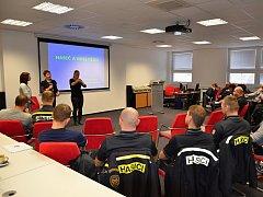 Účastníci odborné přípravy se učí základy znakového jazyka