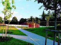 PŘIPRAVEN K OTEVŘENÍ. V areálu parku jsou již dokončeny cesty, kolem nichž jsou osazeny lavičky. Nový park se otevře pro veřejnost v srpnu.