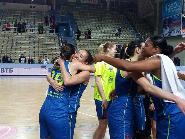 Hráčky USK se radují z vítězství nad Orenburgem.