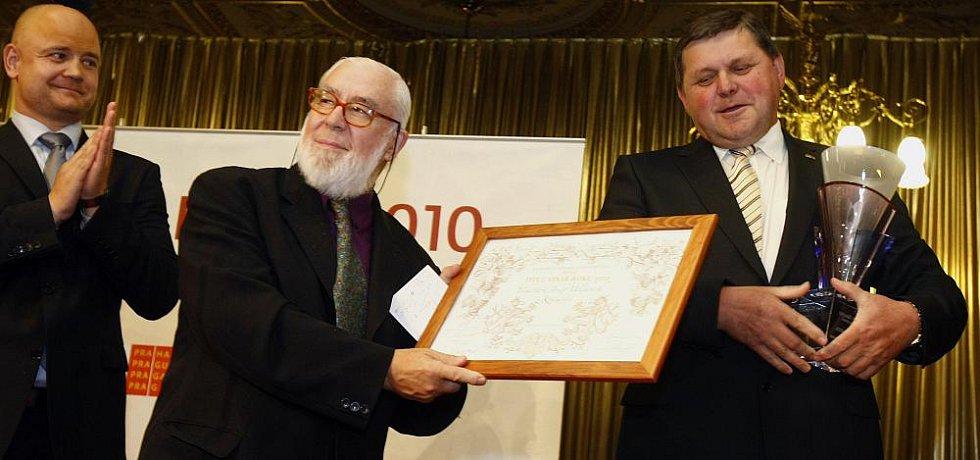 Vítězem osmého ročníku Vinař roku byl na Žofíně vyhlášen Josef Valihrach z Krumvíře (vpravo). Křišťálový pohár pro nejlepšího českého vinaře si převzal od špičkového someliéra Johna Umberta Salviho (na snímku uprostřed).