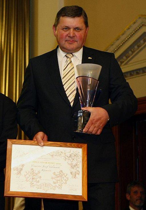 Vítězem osmého ročníku Vinař roku byl 19. srpna 2010 v Praze na Žofíně vyhlášen Josef Valihrach z Krumvíře (na snímku). Jeho vinařství tak obhájilo vítězství z loňského roku.